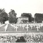 De tijdelijke Amerikaanse begraafplaats achter brouwerij van de Broek in Molenhoek in 1945. Foto 026