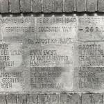 De namen van de 24 Nederlandse soldaten op het monument bij de v.m. sluisbrug bij Heumen. Foto 009