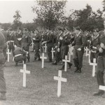 Herdenking op de tijdelijke Amerikaanse begraafplaats achter brouwerij van de Broek in Molenhoek in 1945. Hier lagen 836 soldaten begraven waaronder 38 Britten en 3 Canadezen. De Britten zijn in 1947 in Mook herbegraven. De Amerikanen in Margraten en Amerika. Foto 028