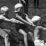 Touwtrekken tijdens de kindervakantie week in Malden omstreeks 1980.
