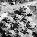 De Vuurvogelschool – ook wel de Pagode genoemd – tijdens de bouw in juni/juli 1977 gefotografeerd vanuit de lucht. De school stond nog heel alleen midden in het (Maldens)veld.