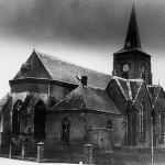 Oude kerk in Malden gefotografeerd van de noordzijde. De Rijksweg liep vlak langs de kerk. Uiterst rechts het tolhuis waar ooit de Grunt en Willems woonde.