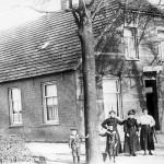 Het oude Café Nillessen bij de molen omstreeks 1918/19. Nilissen was de eerste molenaar. Hij hield er naast een café ook nog een kruidenierswinkeltje op na. Van links naar rechts Piet Nillessen (1910), Willie Nillissen (1911), Mw Nillissen met twee nichten en een commies die ingekwartierd was bij de familie.