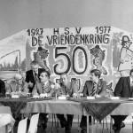 Foto gemaakt in café Nilissen (van Wees) ter gelegenheid van het 50 jarig bestaan van hengelsport vereniging 'De Vriendenkring' in 1977. Café Nilissen stond op de plaats van het huidige café de Molen. Op de foto staan: Ben Broekman, vader en zoon Herman Straten, Ton van de Logt, Jantje Jaspers, Karel Jansen, Peter Dado (voorzitter?), Wiel Jansen Reijnen en Marinus van Wees.