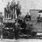 Het graven van het Maas-Waal kanaal met, 'de Baviaan', de locomotief van de zandtrein. Het stoomtreintje liep boven langs het kanaal en vervoerde het zand dat met een elevator omhoog werd gebracht en met de schop werd overgeladen in de wagons van de trein. Het zand werd gebruikt voor de verhoging langs het kanaal en voor plaatselijke verhogingen zoals die bij betonfabriek 'de Hamer'.