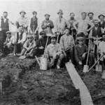 Het graven van het Maas-Waal kanaal omstreeks 1920. De schop werd veelvuldig gebruikt. Op de foto o.a. Toontje Hermsen, Theunissen (Koske de Rus) en Wim den Brouwer (met snor).