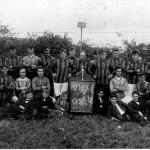 Korfbalclub Malden. De exacte datum van deze foto is niet bekend. De foto is echter van voor 1931 toen de korfbalclub al ter ziele was en voetbalclub Juliana is opgericht.