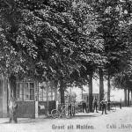 Café Vervoort, ook wel café Halfweg genoemd, met de 'omnibus' van Plasmolen naar Nijmegen omstreeks 1925. Met Albert de Klein, Jan de Valk (de smid voor Jan Dinnessen) en Wim Klein. Het café stond op de plaats van de huidige Rabo bank bij de kruising met de Groesbeekseweg.