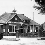 Het gemeentehuis van Malden genomen na de eerste verbouwing in ongeveer 1920. Rechts het huis van Jan Windjes de timmerman.