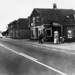 Rijwielhandel Hend van Wees a/d Rijksweg. Links hiervan het huis van Jan Denissen (de smid), café van Wees, en aan het begin van de boterdijk het huis van de familie Kemps. De foto is genomen omstreeks 1955.