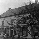De oude brouwerij a/d Hatertseweg van de familie Kloosterman omstreeks 1900. De brouwerij stond aan het begin van de gemeente Nijmegen vlak voor de kruising met de Maldenburchtstraat. De notenbomen staan er nog steeds.