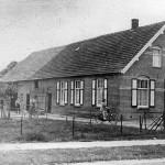 Boerderij de Zwaan van Jan Broekman tussen Hent van Wees de fietsenmaker en het PEGM huisje, op de plaats van het nieuwe Gemeentehuis. Het huis is ook nog een café geweest. Afgebroken omstreeks 1978.