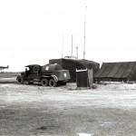 Het vluchtleidingscentrum met tankwagen. RAF museum 6038-6