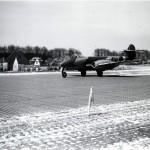 Gloster Meteoor van van het 616e squadron. Links het huis van v.d. Broek met varkensstal. RAF museum 6048-4a