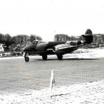 Gloster Meteoor van van het 616e squadron. Links het huis van v.d. Broek met varkensstal. RAF museum 6048-4b