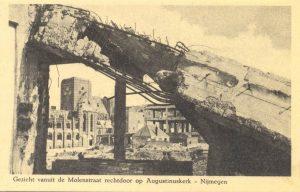 Gezicht vanuit de Molenstraat rechtdoor op Augustiniuskerk – Nijmegen