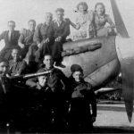 3a Spitfire op B91. Op het vliegtuig van rechts naar links Riet, Leny en Terstegen