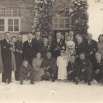 9 Trouwerij Willy Polman en Rinus Bisschop eind 1944 toen alles op de bon was. Links vooraan Piet in het door Willy gemaakte uniform