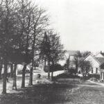 Foto 04-1 Rijksweg en dorpssraat 1915 (JB; In 1915 was de Rijksweg nog overhard. Rechts is nu het winkelcentrum van Malden)