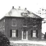 Foto 07-2 Pastorie tot 1958 (JB; Gebouwd 1852. Afgebroken 1959. Foto uit 1915. Op plaats huidige pastorie en R.K. kerk)