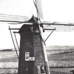 Foto 11-1 Molen tot 1944 (JB; De molen van Piet Thijssen. Gebouwd 1878. Afgebroken 1996. Langs de Rijksweg op de plaats van dier- en tuinspecialist De Molen)