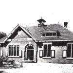 Foto 15-1 Gemeentehuis verbouwd 1924 (JB Het voormalig gemeentehuis uit 1912. Foto uit 1950)