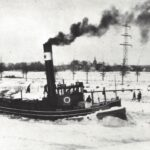 Foto 17-2 IJsbreker in Maas-Waalkanaal 1940 (JB; De strenge winter van 1947. In de verte de R.K. kerk van Malden