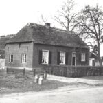 Foto 24-1 Grad Janssen Broekkant 1950 ex (JB; Langs Broekkant tegenover Malderburch. De staalplaten van het vliegveld als afscheiding)