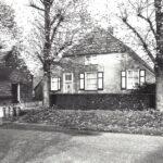 Foto 37-1 Thijssen Munnikenhof Hatertseweg (JB; Foto uit de jaren zestig toen de melkbussen nog werden opgehaald. Links het bakhuis uit 1808)